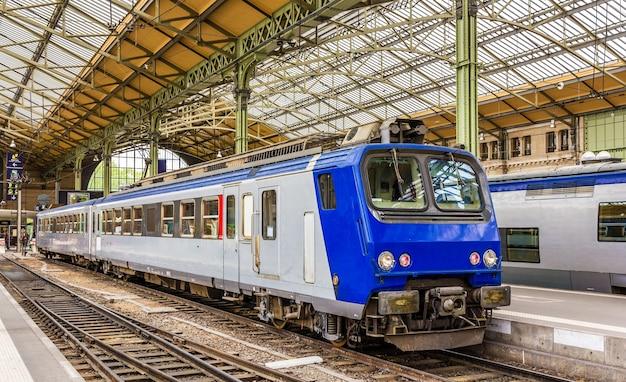 Treno espresso regionale alla stazione di tours - francia