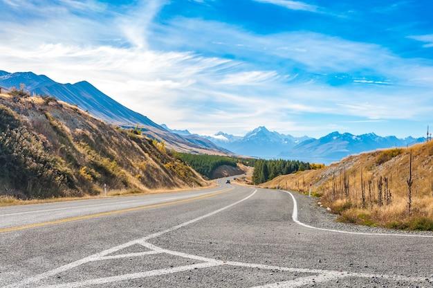 Strada regionale al lago pukaki con il monte. cook, isola del sud. nuova zelanda