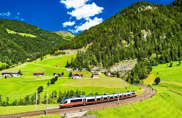 Treno regionale presso la ferrovia del brennero nelle alpi austriache