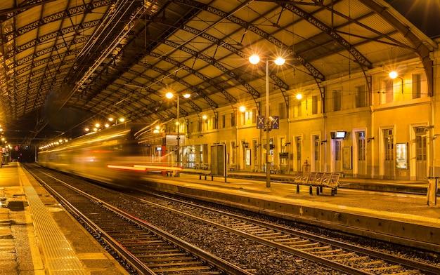 Treno regionale in partenza dalla stazione di avignone in francia