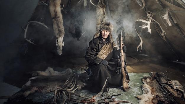 Allevatori di renne si accampano sullo sfondo vicino al confine con la russia a taiga, mongolia