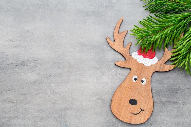 Renna con cappello da babbo natale. decorazioni natalizie