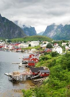 Reine è un villaggio di pescatori sull'isola moskenesoya nell'arcipelago delle lofoten, contea di nordland, norvegia