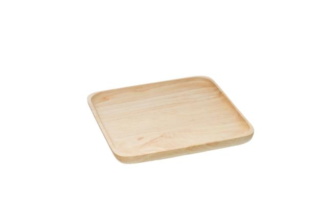 Rifiuto del concetto di plastica. piatto di legno vuoto isolato su bianco