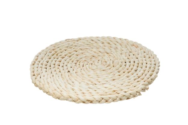 Rifiuto del concetto di plastica. stuoia di tavola di legno vuota isolata su bianco
