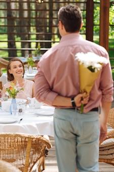 Anniversario di relazione. felice uomo amorevole e donna che si sente benissimo mentre celebra l'anniversario di relazione