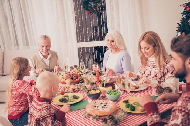 Parenti che si godono insieme la festa di natale