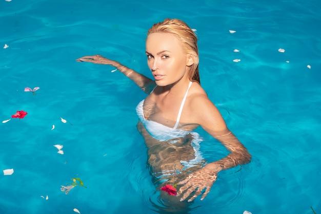 Rilassarsi nella piscina termale. donna sexy sul mar dei caraibi alle bahamas. rilassarsi nella piscina termale