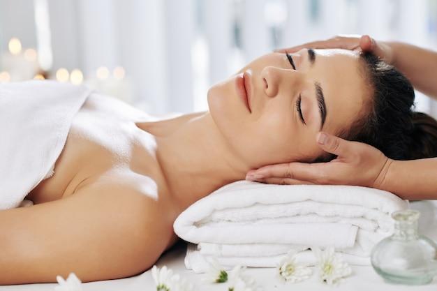 Massaggio rilassante al viso