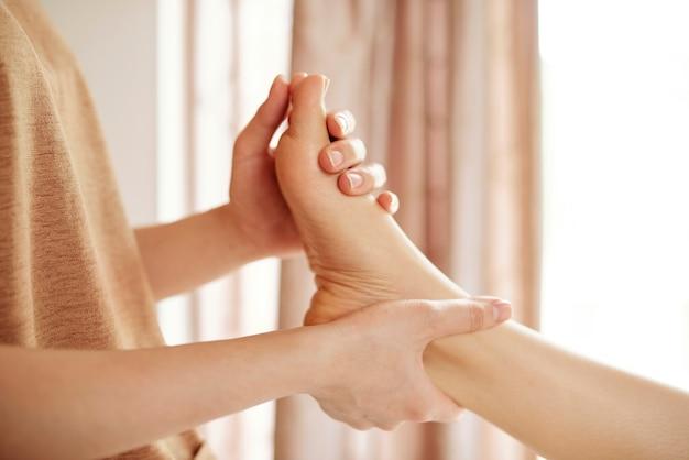 Massaggio rilassante ai piedi
