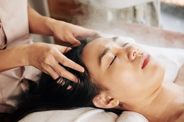 Massaggio rilassante alla testa