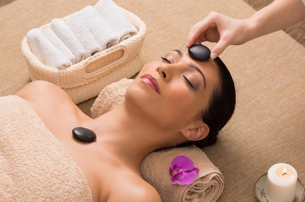 Massaggio rilassante con pietre calde