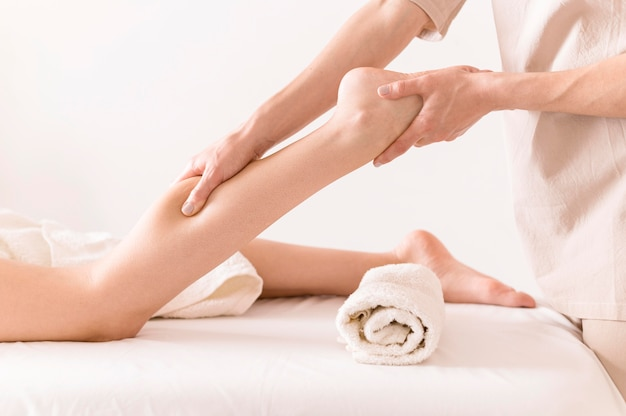 Concetto rilassante di massaggio delle gambe