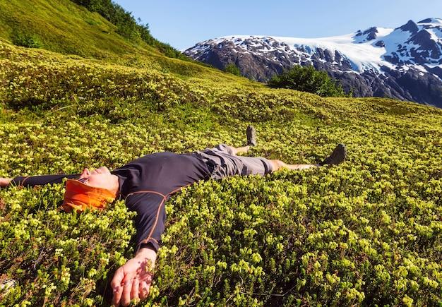 Uomo rilassante in montagna all'alba