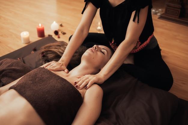 Massaggio rilassante per una donna in un salone di bellezza in un'atmosfera accogliente