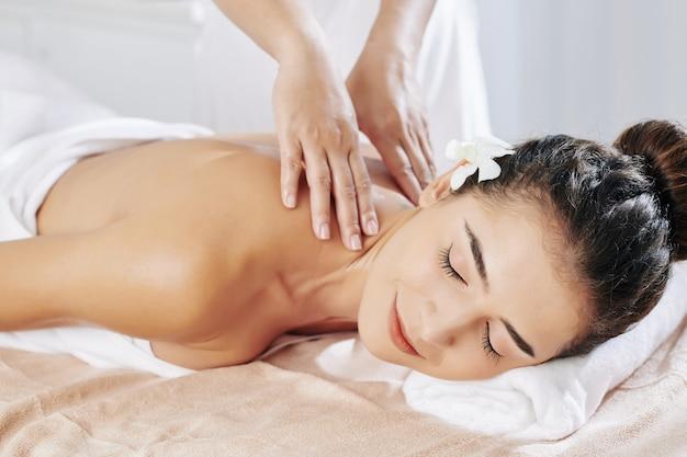 Massaggio rilassante al collo