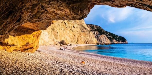 Paesaggi rilassanti prima del tramonto nella spiaggia più bella della grecia, porto katsiki a lefkada