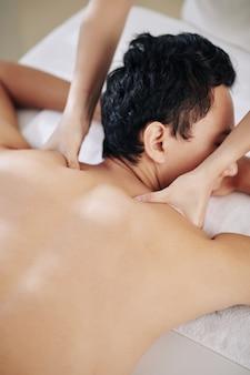 Massaggio rilassante alle spalle