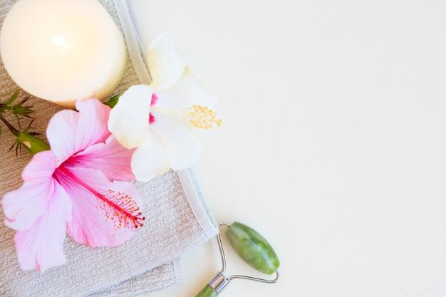 Sfondo rilassante spa, gua sha, rullo di giada per il massaggio del viso in pietra naturale