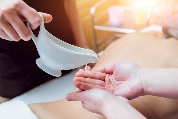 Rilassarsi nella spa. massaggio al corpo.