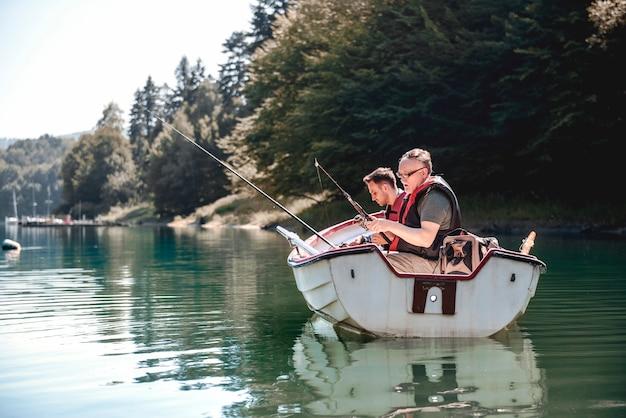 Rilassarsi nel loro posto di pesca preferito