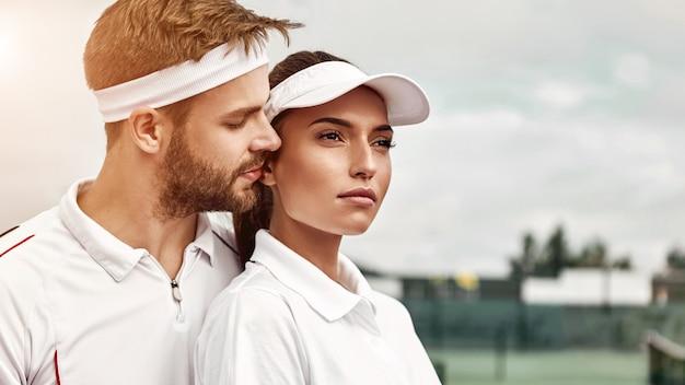 Coppia di supporto affidabile nell'abbigliamento da tennis