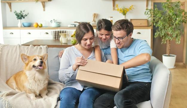 Il sollievo della vita con l'aiuto delle nuove tecnologie con lo shopping online una consegna rapida una consegna degli ordini dai negozi online