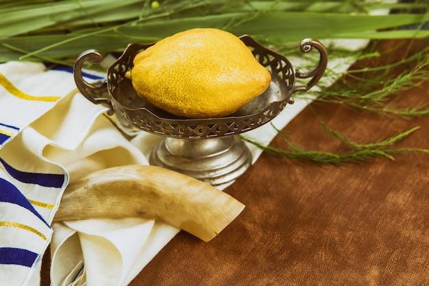Religione celebrazione ebraica festa santa sukkot l'etrog, lulav, hadas arava kippah e shofar tallit