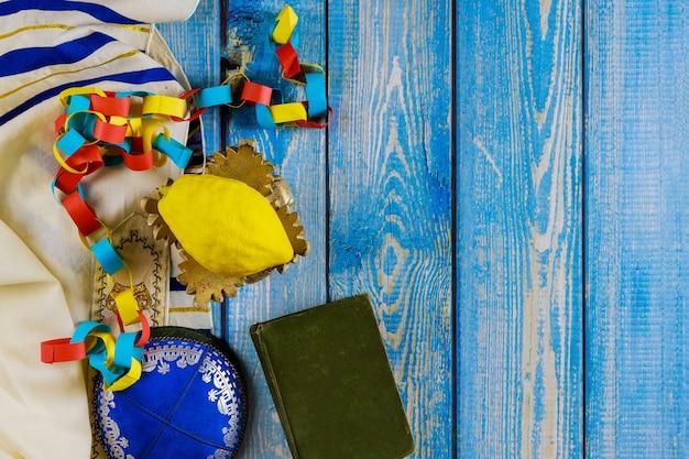 Religione celebrazione ebraica festa santa sukkot nell'etrog, lulav, hadas arava kippah e shofar tallit