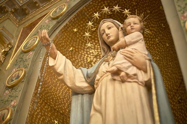 Statua religiosa della grande madonna all'interno di una chiesa italiana