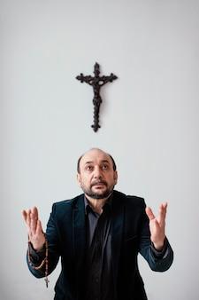 Uomo religioso che prega a casa