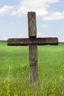 Simboli religiosi a forma di croce della fede cristiana, primo piano di croci religiose all'aria aperta nella natura