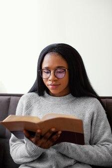Donna religiosa che tiene un libro