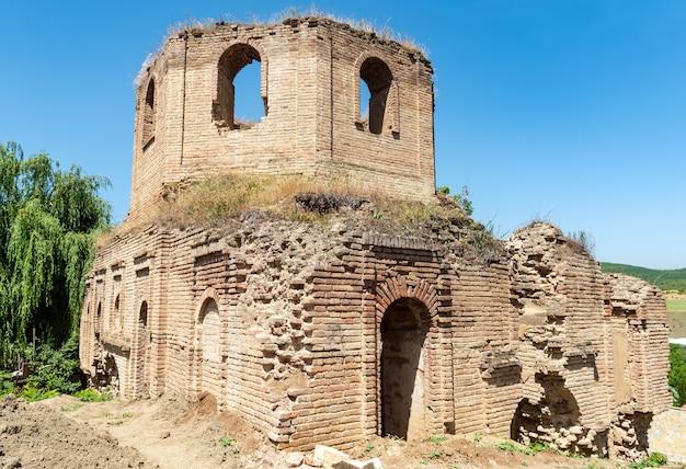 Resti dell'antica chiesa albanese kilwar nel villaggio di gilavar, costruita nel xvii secolo