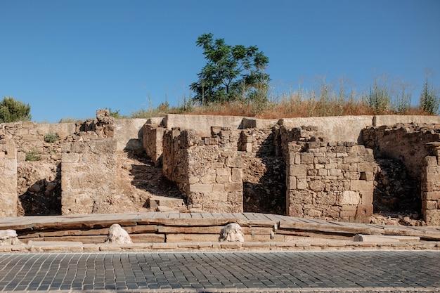 I resti della città vecchia della grecia non sono il territorio della turchia laterale. la roccia di pietra di vecchi edifici si trova nella nuova città turistica.