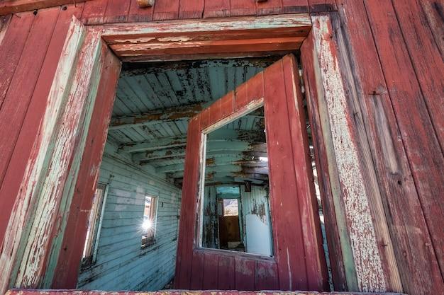 Resti di una vecchia città fantasma della miniera d'oro nel nevada o in california, nei giorni del selvaggio west del 1800