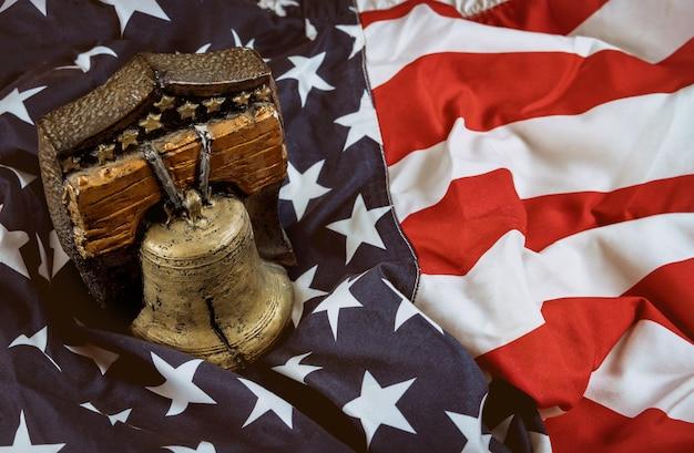 Ricorda la campana con la bandiera americana celebrazione del memorial day ricorda coloro che hanno servito