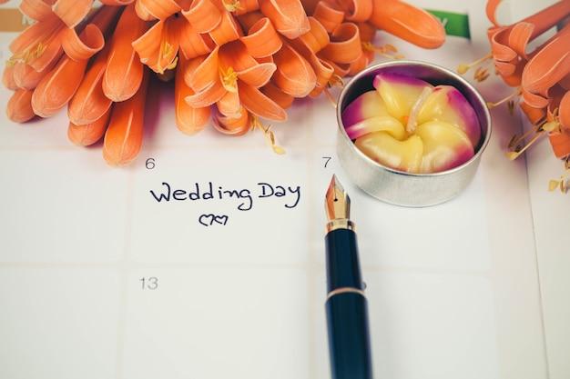 Promemoria giorno delle nozze nella pianificazione del calendario e fontana