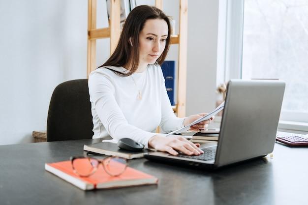 Contabilità remota lavori di finanza soluzione di contabilità online candido ritratto di ragioniera femminile