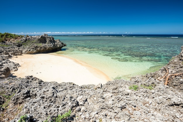 Spiaggia remota all'isola di hatoma, yaeyama, okinawa, in giappone.