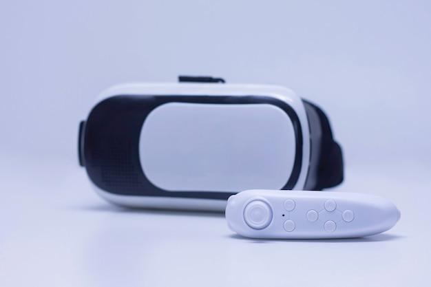 Controllo remoto sullo sfondo di occhiali per realtà virtuale e video a 360 gradi.
