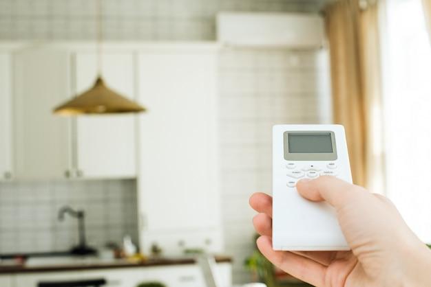 Telecomando dal condizionatore d'aria in mano