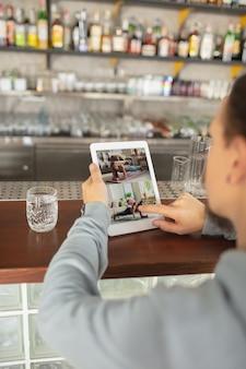 Formazione sportiva a distanza, coaching, webinar. primo piano dello schermo. posto di lavoro ovunque tu vada con pc, dispositivi e gadget. concetto di apprendimento a distanza, isolamento, affari, shopping online, conferenza.