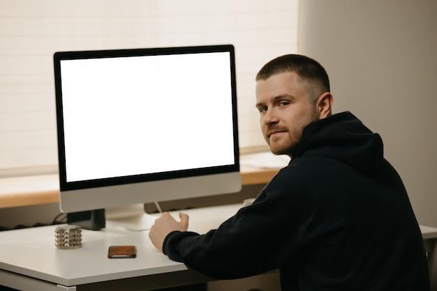 Lavoro a distanza. un uomo d'affari lavora in remoto utilizzando un computer all-in-one.