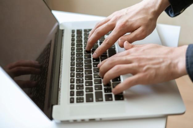 Un lavoro a distanza a casa, digitando su un laptop e facendo un po' di lavoro di squadra