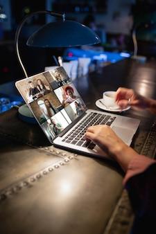 Posto di lavoro remoto nell'ufficio del bar ristorante con dispositivi pc e gadget