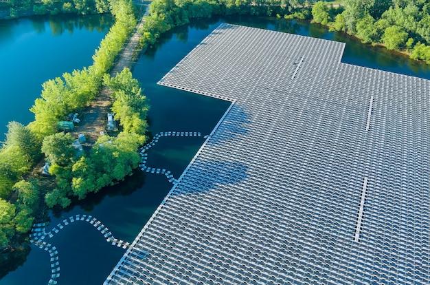 Energia elettrica alternativa rinnovabile della vista aerea panoramica sulla piattaforma di pannelli solari galleggianti sul bellissimo lago