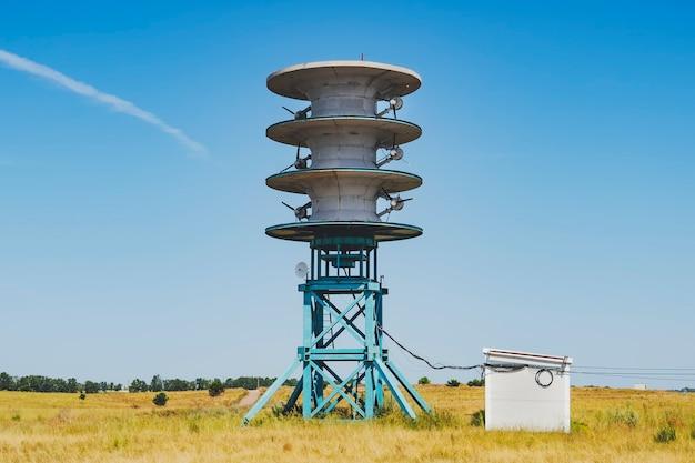 Fonte di energia rinnovabile. mulino a vento e generatore nel campo. elettricità ecologica. energia del futuro.