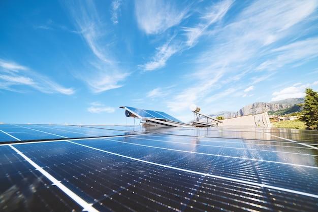 Sistema di energia rinnovabile con pannello solare per elettricità e acqua calda