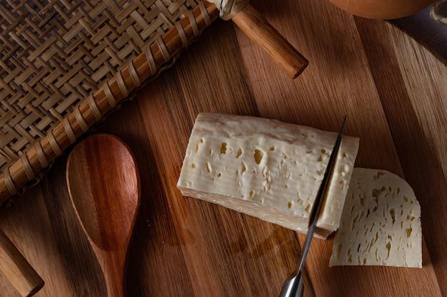 Formaggio caglio. ricotta. (queijo coalho ou queijo de coalho). autentico formaggio tipico brasiliano della regione nord-orientale. vista dall'alto.